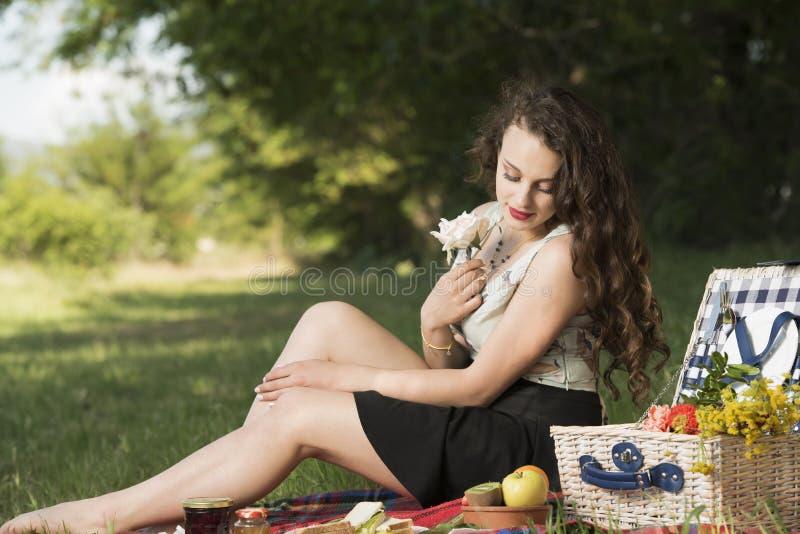 Mulher bonita nova que guarda uma flor da flor fotografia de stock royalty free