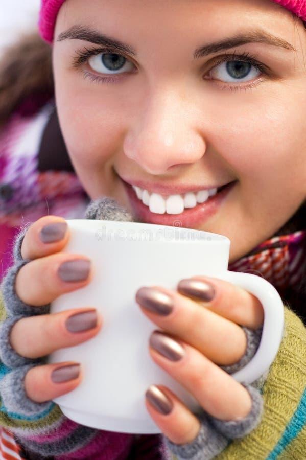 Mulher bonita nova que prende uma chávena de café foto de stock