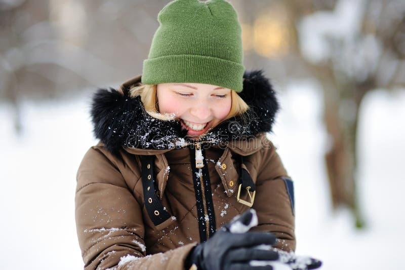 Mulher bonita nova que tem o divertimento no parque do inverno foto de stock royalty free