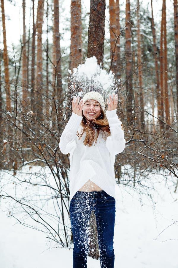 Mulher bonita nova que tem o divertimento no parque do inverno fotos de stock royalty free