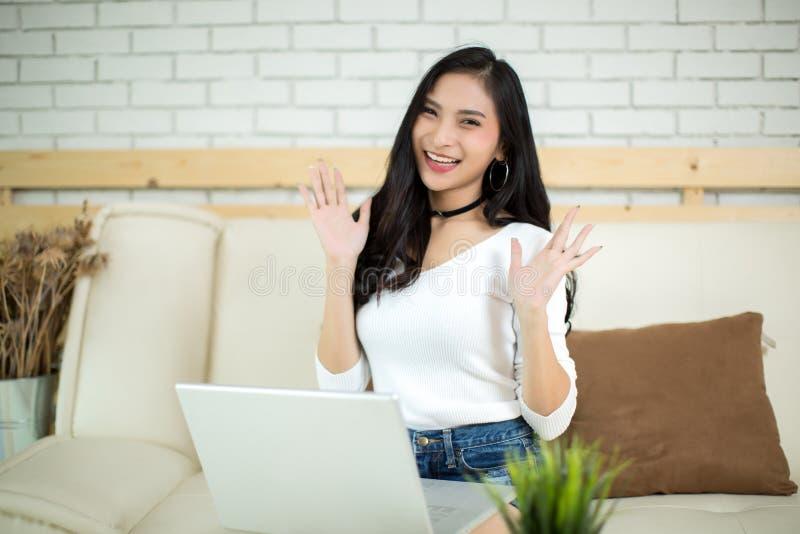 Mulher bonita nova que usa um laptop fotos de stock