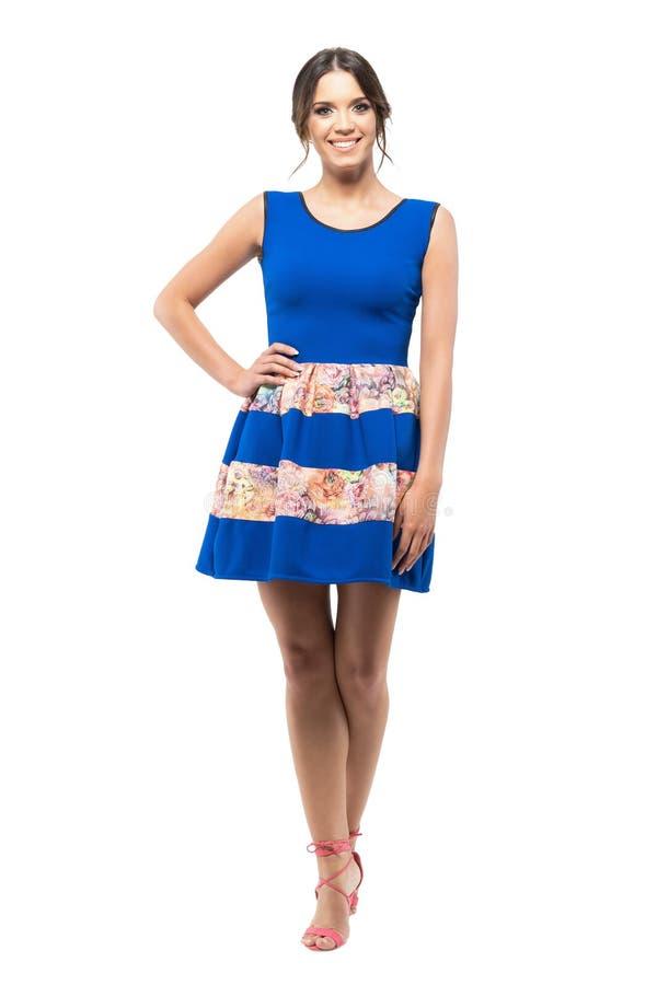 Mulher bonita nova relaxado no vestido azul do verão com alinhador longitudinal floral que sorri na câmera imagens de stock royalty free