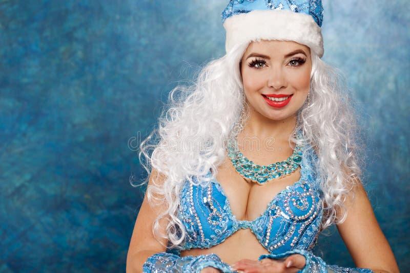 Mulher bonita nova vestida como a donzela da neve do russo imagem de stock royalty free