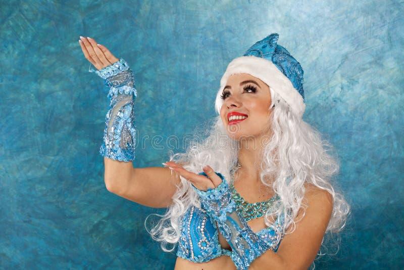 Mulher bonita nova vestida como a donzela da neve do russo fotos de stock royalty free