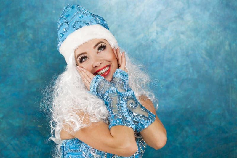 Mulher bonita nova vestida como a donzela da neve do russo foto de stock royalty free
