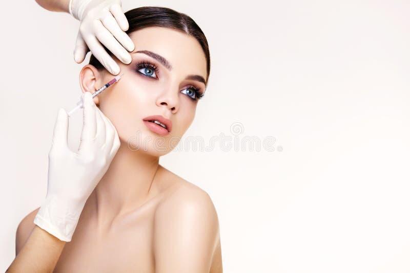 A mulher bonita obtém injeções. Cosmetologia. Cara da beleza imagem de stock royalty free