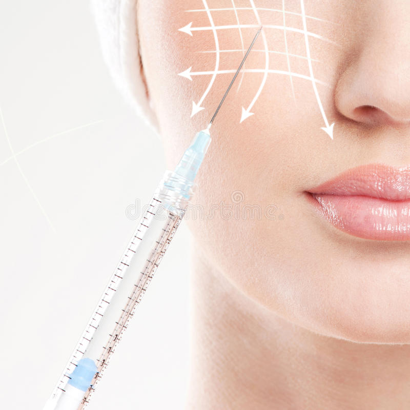 A mulher bonita obtém uma injeção em sua cara imagens de stock royalty free