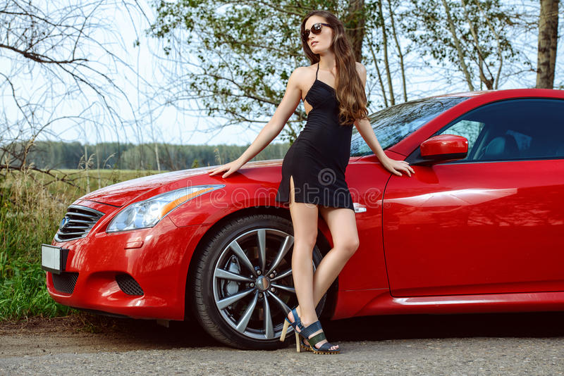 Mulher bonita pelo carro imagens de stock