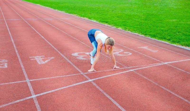 Mulher bonita pronta para começar correr na pista de decolagem fotografia de stock
