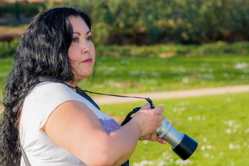 Mulher bonita que analisa o lugar para ver aonde tomará sua imagem seguinte fotos de stock
