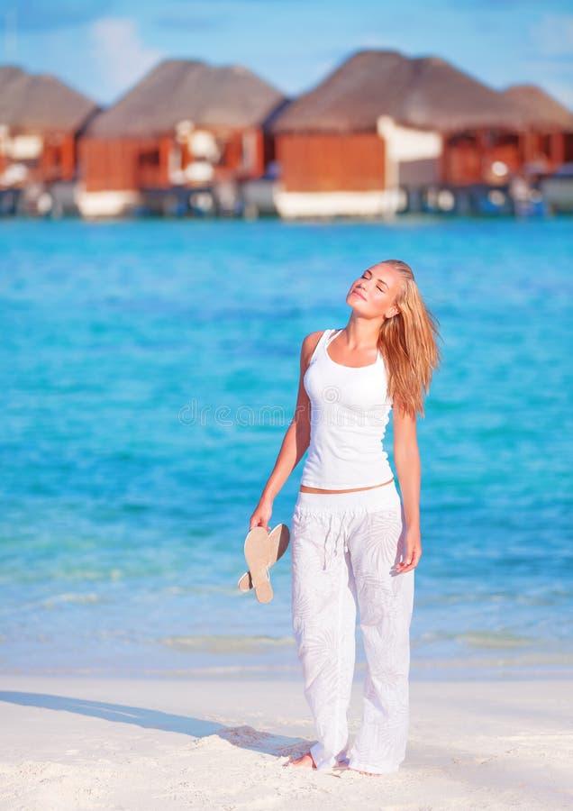 Mulher bonita que anda ao longo da praia fotografia de stock royalty free