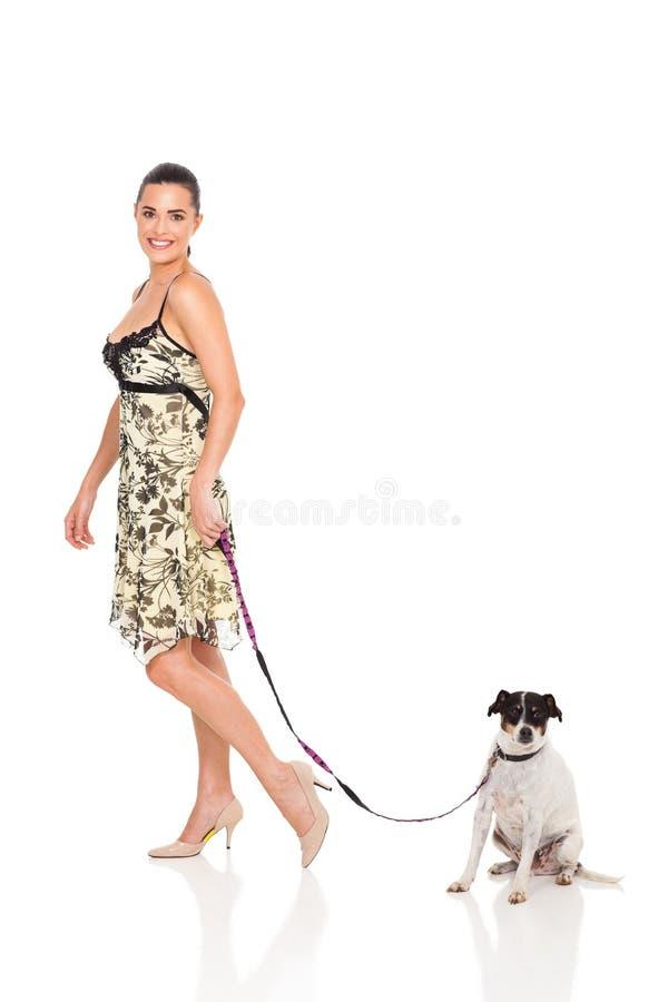 Cão de passeio da mulher imagens de stock