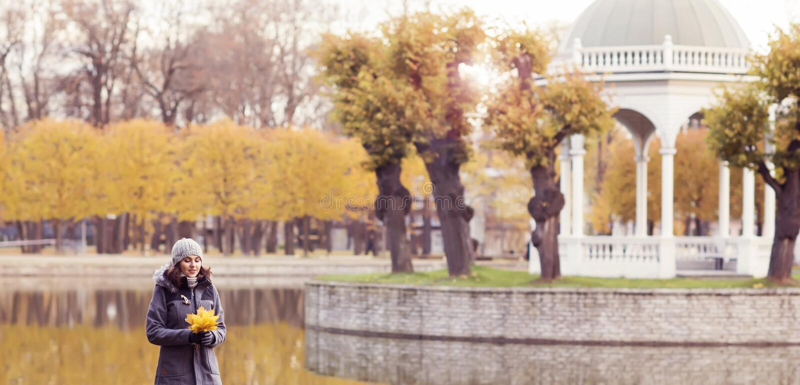 Mulher bonita que anda no parque Menina sobre o fundo sazonal do outono imagens de stock