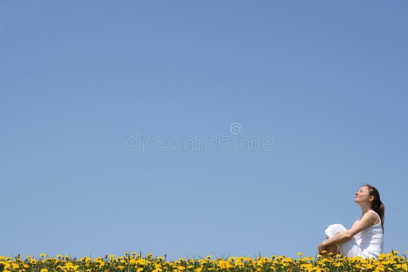 Mulher bonita que aprecia a luz do sol fotografia de stock