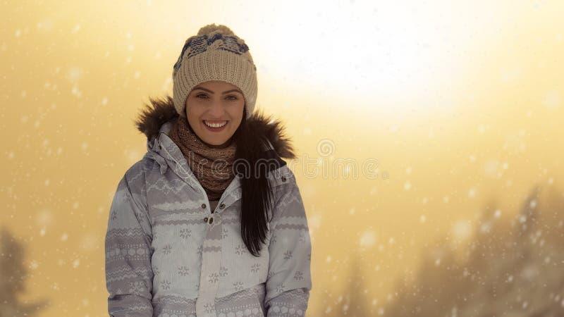 Mulher bonita que aprecia a neve imagem de stock