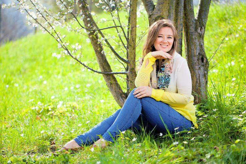 Mulher bonita que aprecia o campo da margarida, encontro fêmea agradável para baixo dentro imagem de stock royalty free