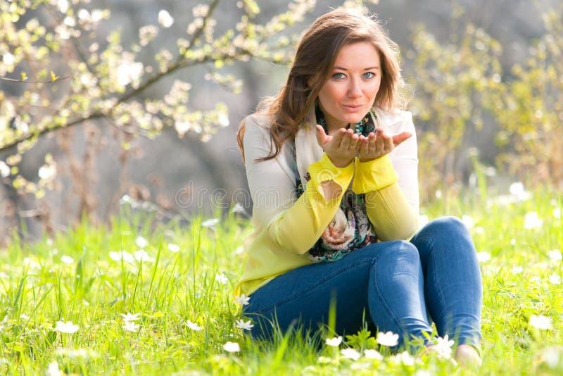 Mulher bonita que aprecia o campo da margarida, encontro fêmea agradável para baixo dentro imagens de stock