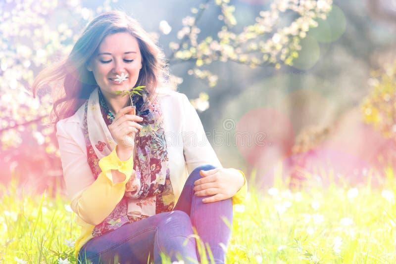 Mulher bonita que aprecia o campo da margarida, encontro fêmea agradável para baixo dentro foto de stock royalty free