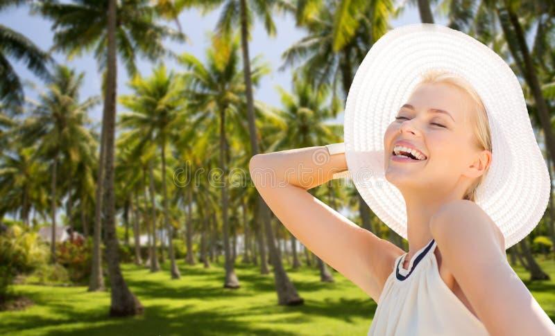 Mulher bonita que aprecia o verão sobre palmeiras foto de stock
