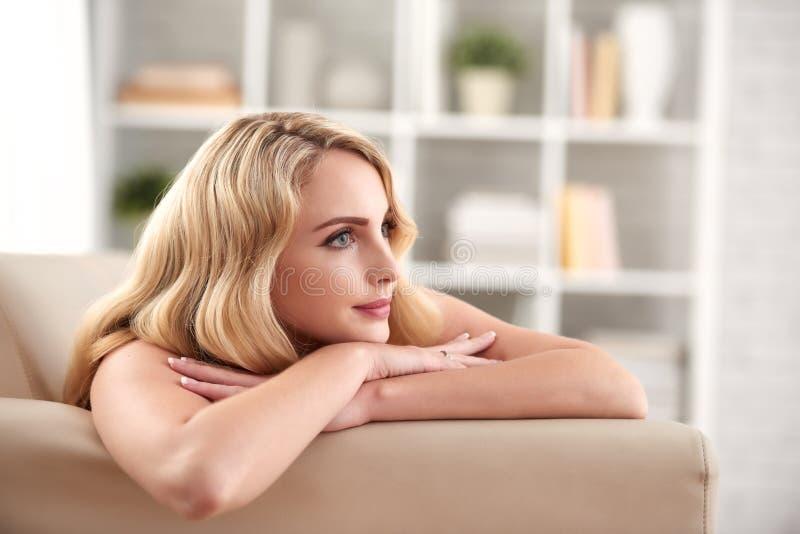Mulher bonita que aprecia os confortos home imagem de stock royalty free