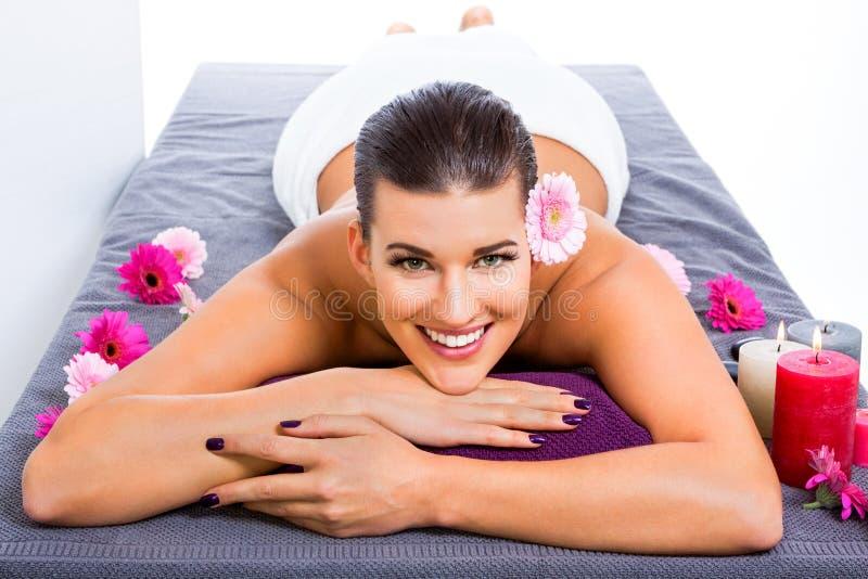 Mulher bonita que aprecia uma massagem de pedra quente imagem de stock