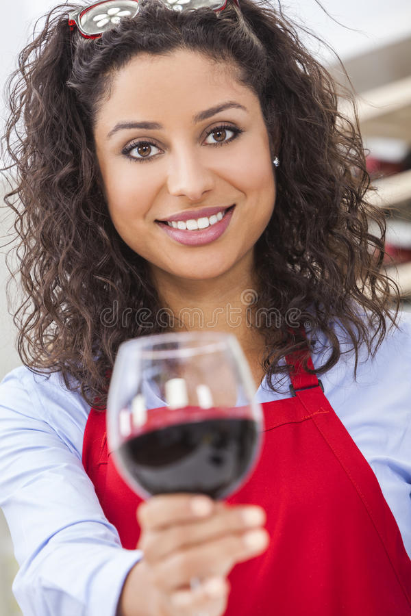 Mulher bonita que bebe o vinho vermelho foto de stock