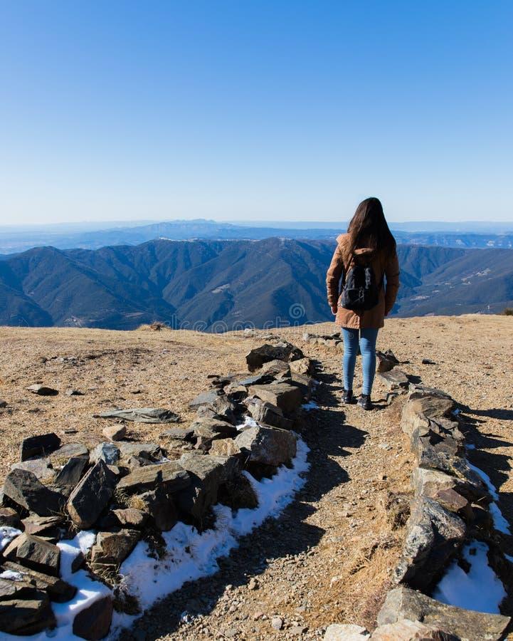 Mulher bonita que caminha no trajeto da montanha durante o inverno ou o outono em Catalonia & em x28; Turo del Home - Espanha imagens de stock