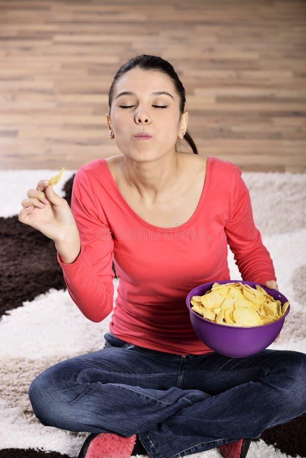 Mulher bonita que come a comida lixo fotos de stock royalty free