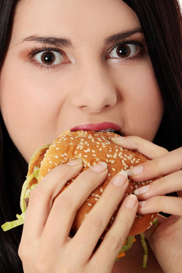 Mulher bonita que come o Hamburger. fotografia de stock royalty free