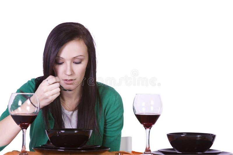 Mulher bonita que come o jantar sozinho fotografia de stock royalty free