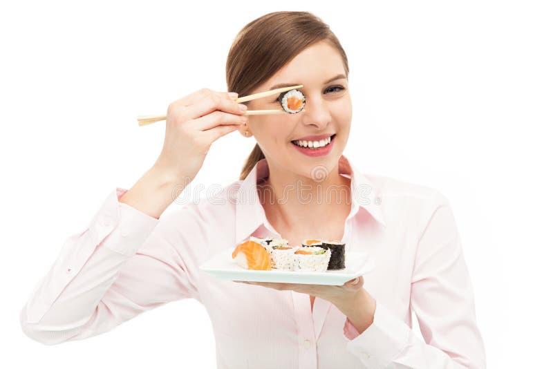 Mulher bonita que come o sushi imagem de stock royalty free