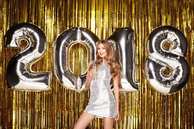 Mulher bonita que comemora o ano novo fotos de stock