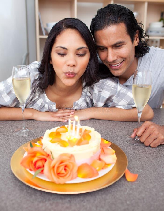 Download Mulher Bonita Que Comemora Seu Aniversário Imagem de Stock - Imagem de alimento, fêmea: 12812995