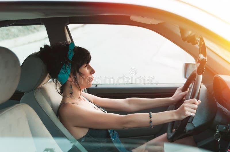 Mulher bonita que conduz o carro fotografia de stock royalty free