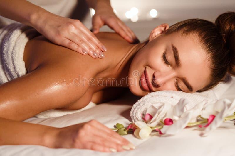 Mulher bonita que consegue relaxar a massagem no centro dos termas imagem de stock