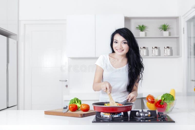 Download Mulher Bonita Que Cozinha Ao Sorrir Foto de Stock - Imagem de cabelo, fêmea: 80100060