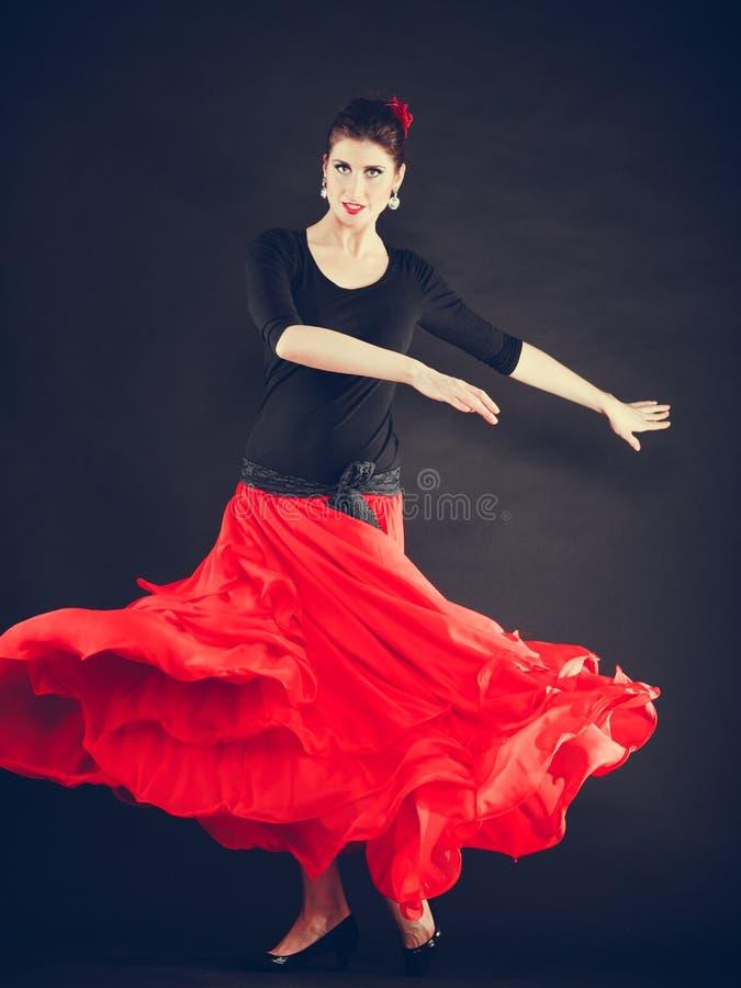 Mulher bonita que dança a dança oriental imagem de stock