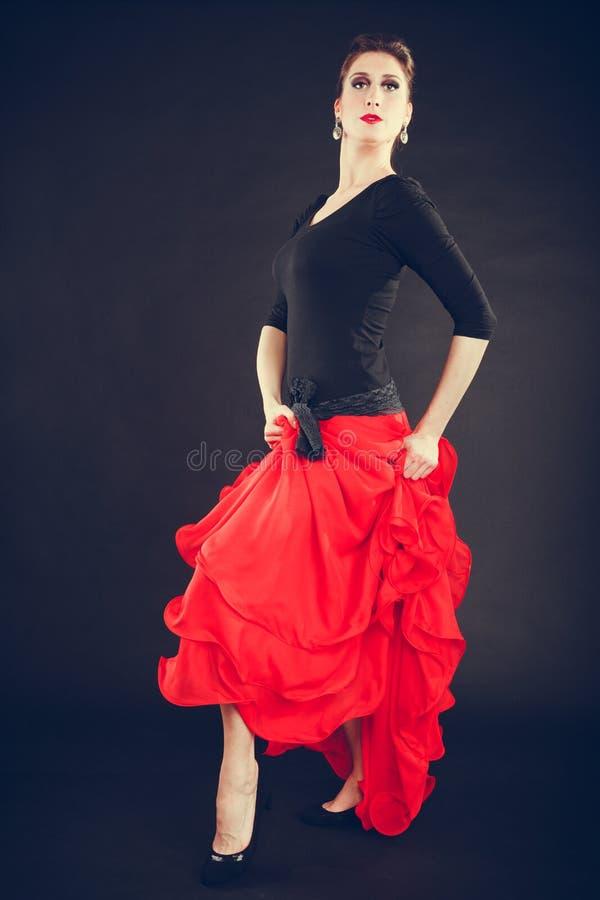 Mulher bonita que dança a dança oriental fotografia de stock
