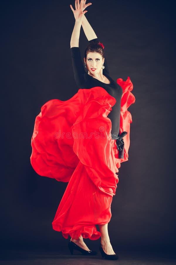 Mulher bonita que dança a dança oriental imagens de stock