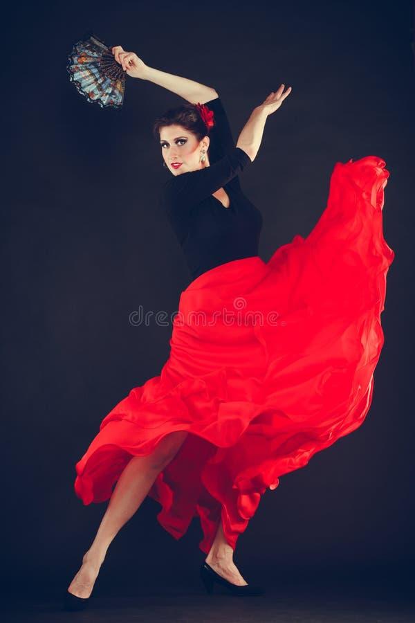 Mulher bonita que dança a dança oriental imagem de stock royalty free