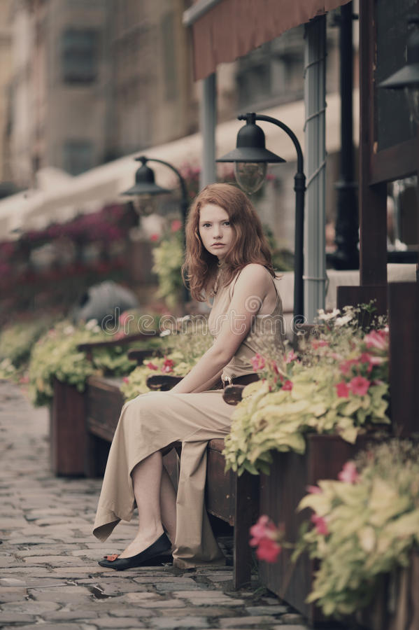 Mulher bonita que descansa nas ruas da cidade bonita imagens de stock