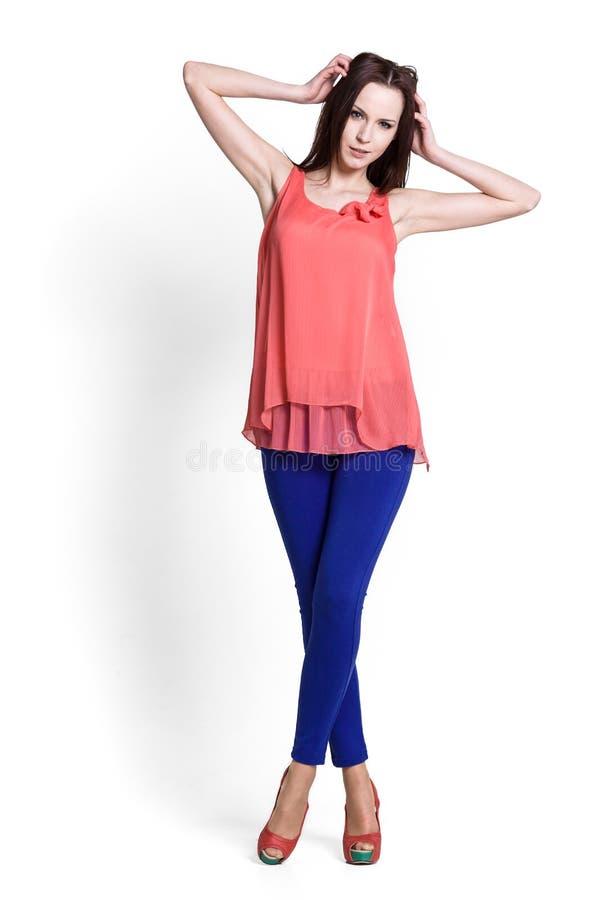 Mulher bonita que desgasta a blusa vermelha imagens de stock