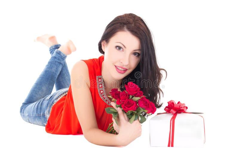 Mulher bonita que encontra-se com a caixa de presente e as flores isoladas no whit fotos de stock royalty free