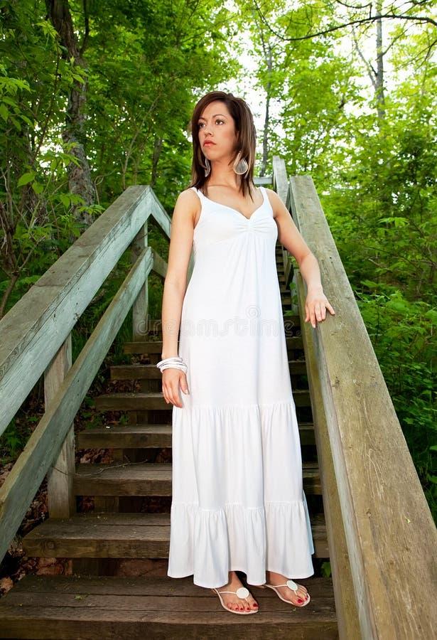 Mulher bonita que está em etapas de madeira fotos de stock royalty free