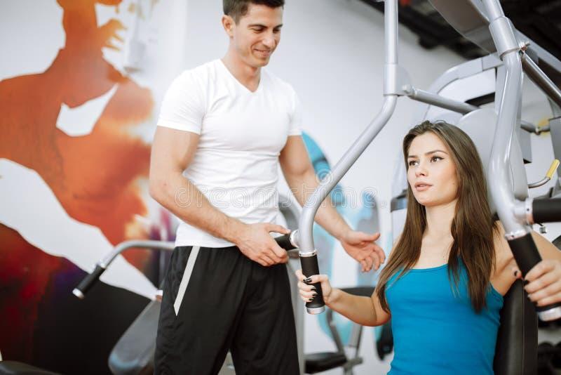Mulher bonita que exercita no gym foto de stock