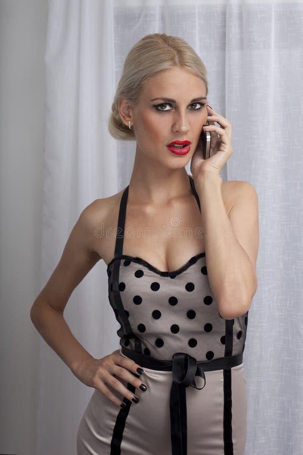 Mulher bonita que fala no telefone fotografia de stock royalty free