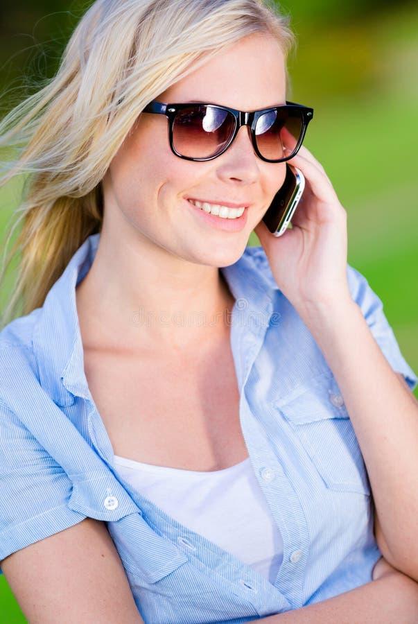 Mulher bonita que fala no telefone fotografia de stock