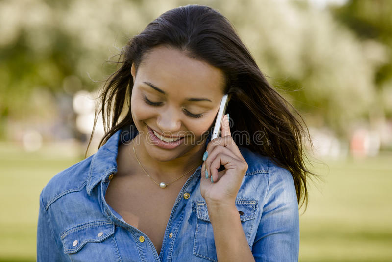 Mulher bonita que fala no telefone foto de stock
