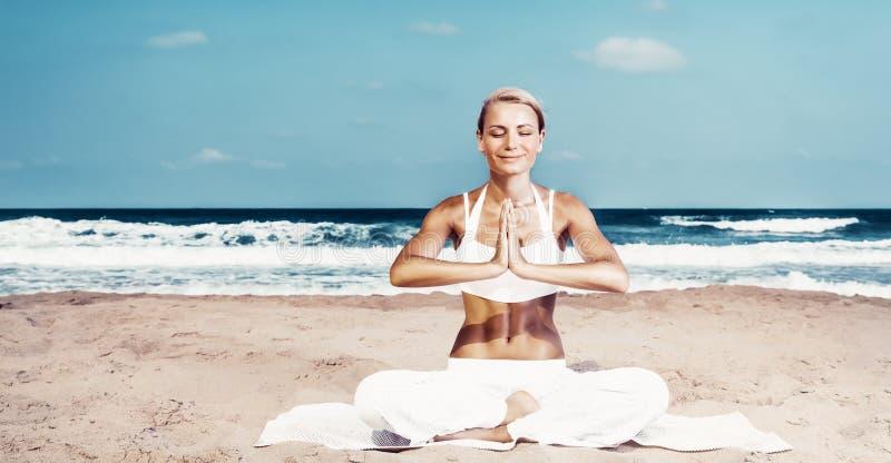 Mulher bonita que faz o exerc?cio da ioga imagem de stock royalty free