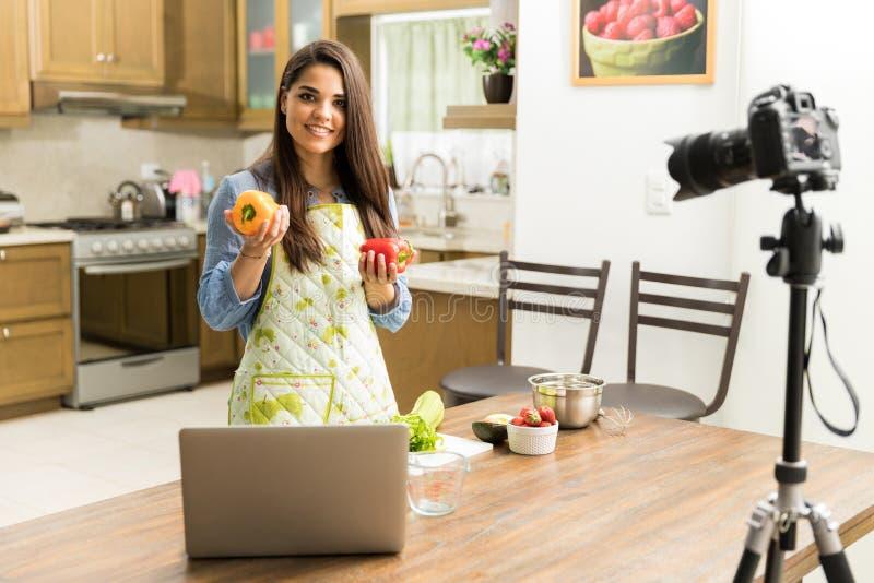 Mulher bonita que faz um blogue do alimento imagens de stock